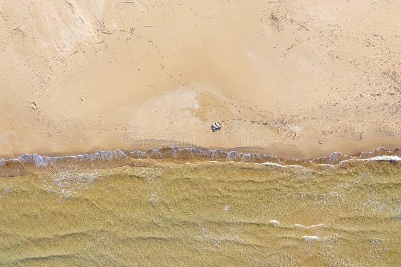 Vogelperspektive eines Strandes mit Wellen stockbilder
