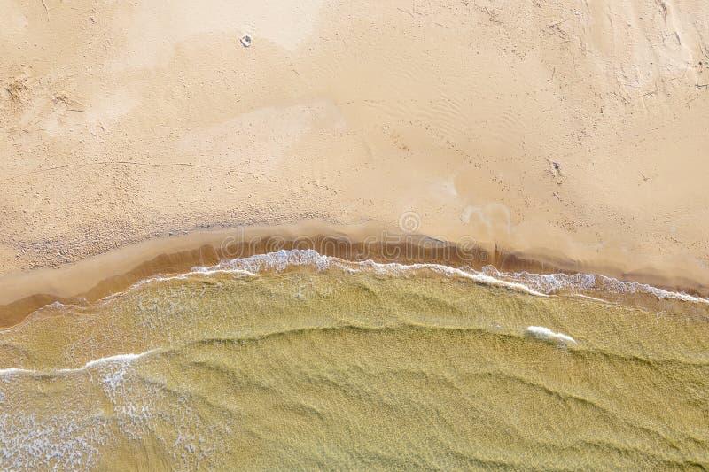 Vogelperspektive eines Strandes mit Wellen stockbild