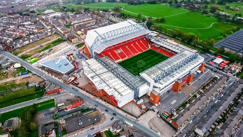 Vogelperspektive-Foto von Anfield-Stadion in Liverpool Ikonenhafter Fußballplatz und Haus von einem von England-` s die meisten e stockfoto