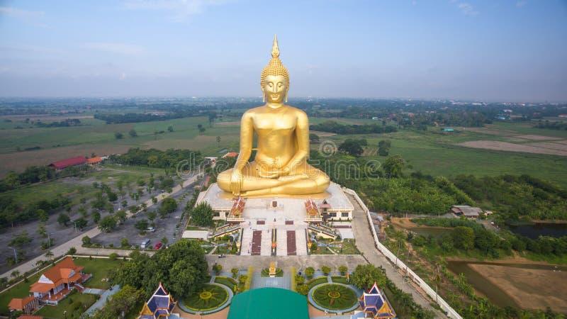 Vogelperspektive großer Buddha-Statue in Thailand stockfotos