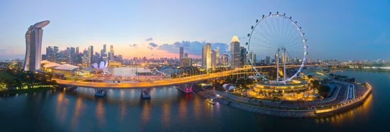 Vogelperspektive ikonenhaften Fliegers, der Marina Bay Sands Hotels und des Teils Singapurs der Bahn F1 stockfoto