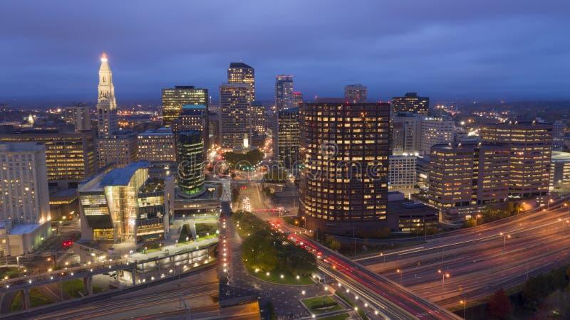 Vogelperspektive-im Stadtzentrum gelegene Stadt-Skyline Hartford Connecticut nach Einbruch der Dunkelheit stockfotos