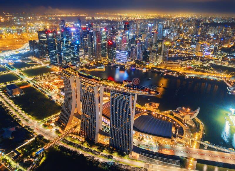 Vogelperspektive im Stadtzentrum gelegener Singapur-Stadt in Marina Bay-Bereich Finanzbezirks- und Wolkenkratzergebäude nachts stockbilder