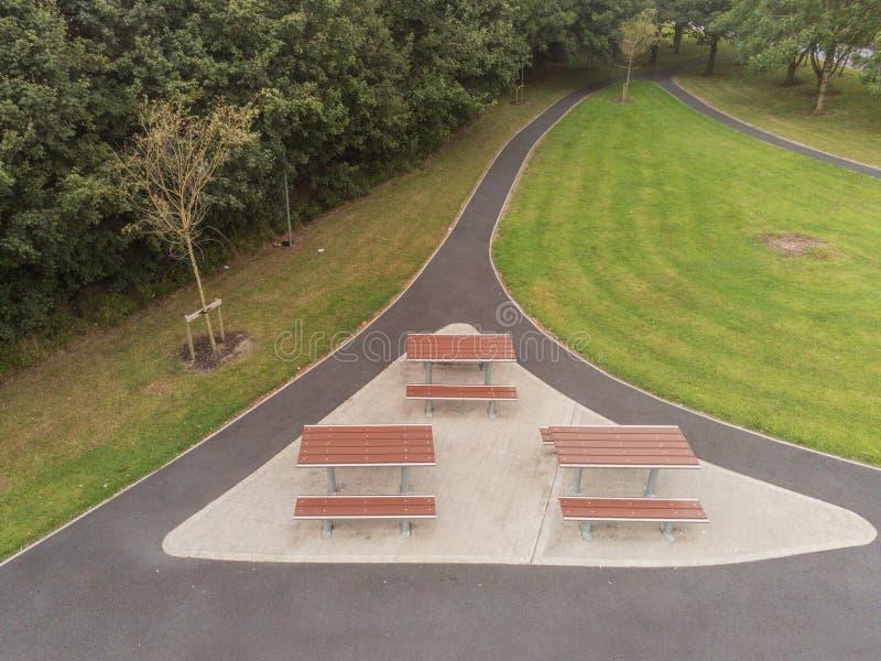 Vogelperspektive, kleiner Picknickplatz in einem Park, Metall und Plastik benutzt, um Tabelle und Stuhl zu machen Rollstuhl zugän lizenzfreie stockbilder