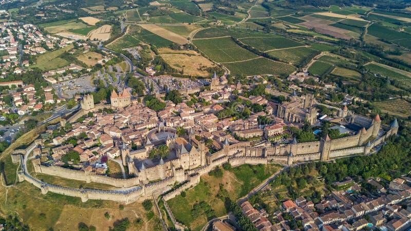 Vogelperspektive mittelalterlicher Stadt Carcassonne und Festung ziehen sich von oben, Süd-Frankreich zurück lizenzfreies stockbild