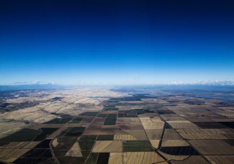 Vogelperspektive-Nord-Kalifornien-Ackerland und Kanal lizenzfreie stockfotos