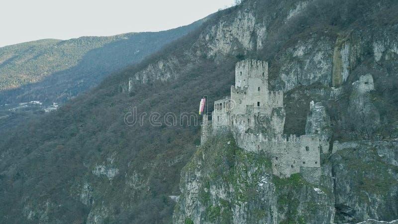 Vogelperspektive ruinierten mittelalterlichen Haderburg-Schlosses in Salorno, Italien lizenzfreies stockfoto