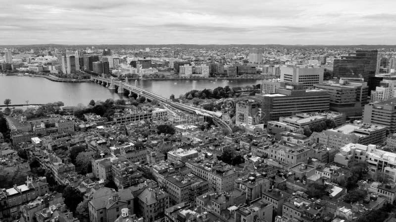 Vogelperspektive-Schwarzweiss--Boston-Brücke Charles River Cambridge MA lizenzfreie stockfotos