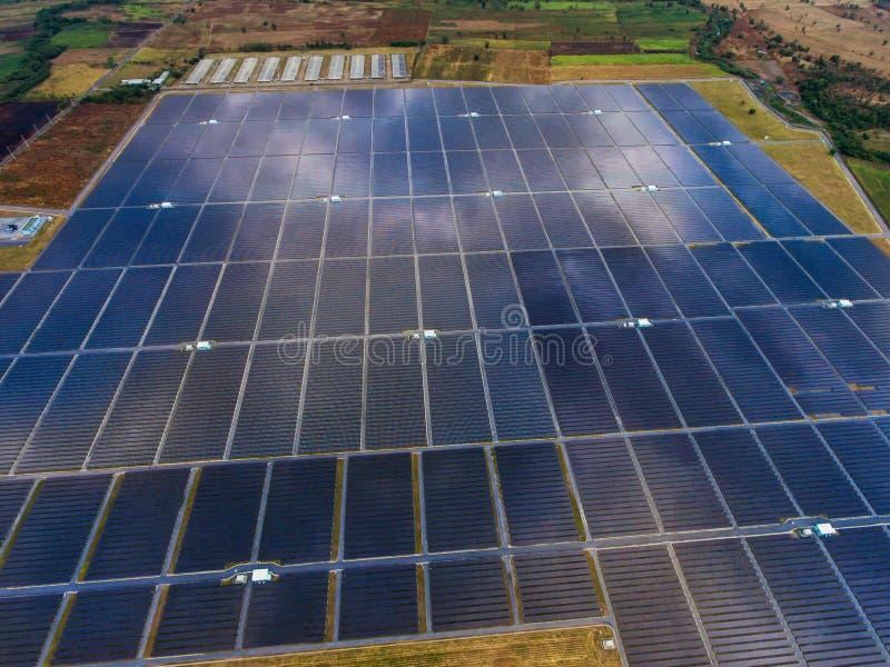 Vogelperspektive-Solarbauernhof, Sonnenkollektoren lizenzfreies stockfoto