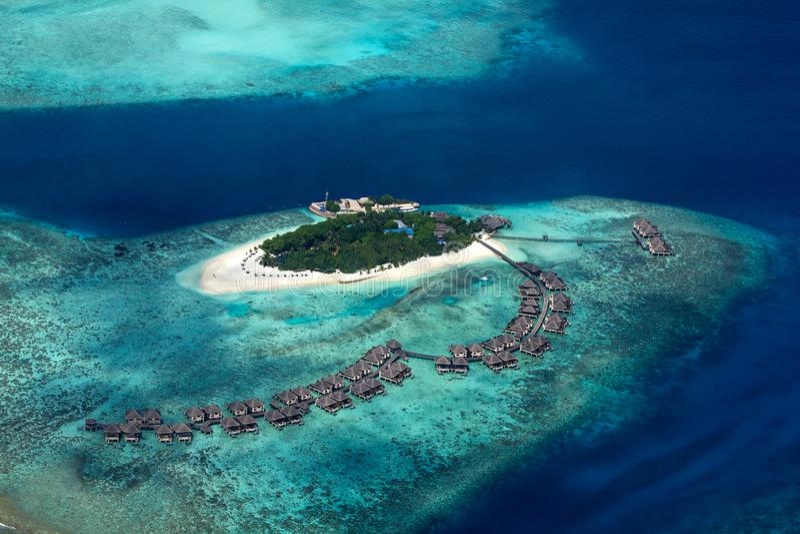 Vogelperspektive tropischen Paradiesmalediven-Inselresorts mit Korallenrifftürkisblau-Ozeantourismushintergrund stockbilder