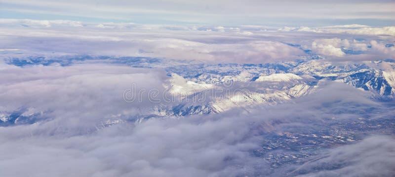 Vogelperspektive vom Flugzeug des Wasatch Front Rocky Mountain Range mit Schnee bedeckte Spitzen im Winter einschlie?lich st?dtis stockfotos