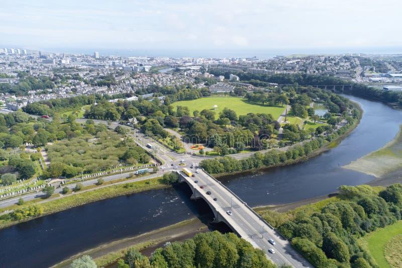 Vogelperspektive von Aberdeen, wie Fluss Dee in eine Kurve zum Nordseevertretung Duthie-Park mit Brücke und in Verkehr vom Süden  stockfoto