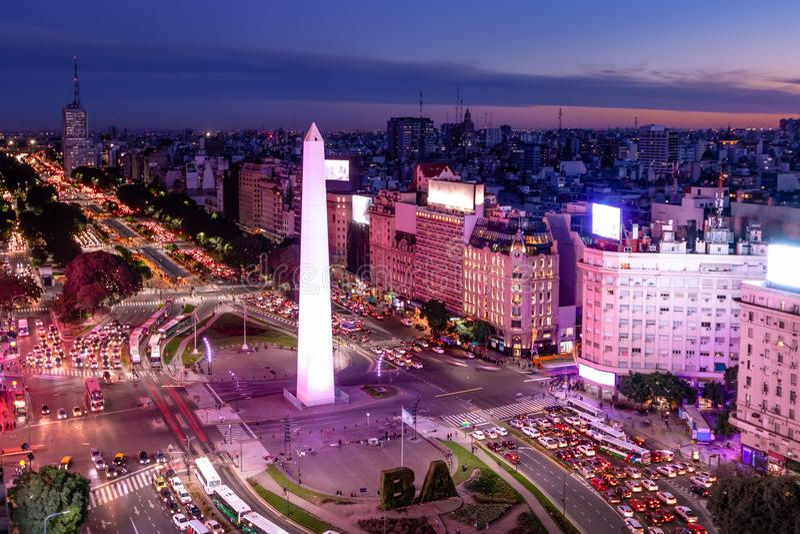 Vogelperspektive von Allee Buenos Aires und 9 de Julio nachts mit purpurrotem leicht- Buenos Aires, Argentinien stockbild