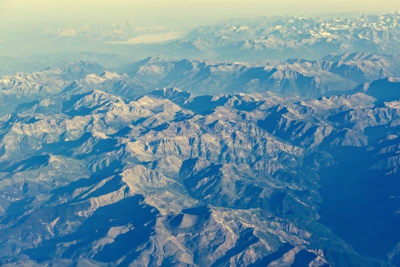 Vogelperspektive von Alpenbergen vom Flugzeug lizenzfreies stockfoto