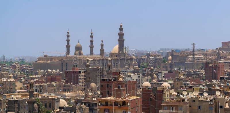 Vogelperspektive von altem Kairo, von Ägypten mit Schmutzgebäuden und von Sultan Hasan Mosque im weiten Abstand stockbilder