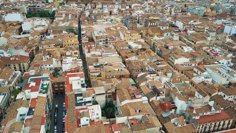 Vogelperspektive von alten mit Ziegeln gedeckten schrägen Dächern und von schmalen Straßen in Granada-Mitte, Spanien lizenzfreie stockbilder