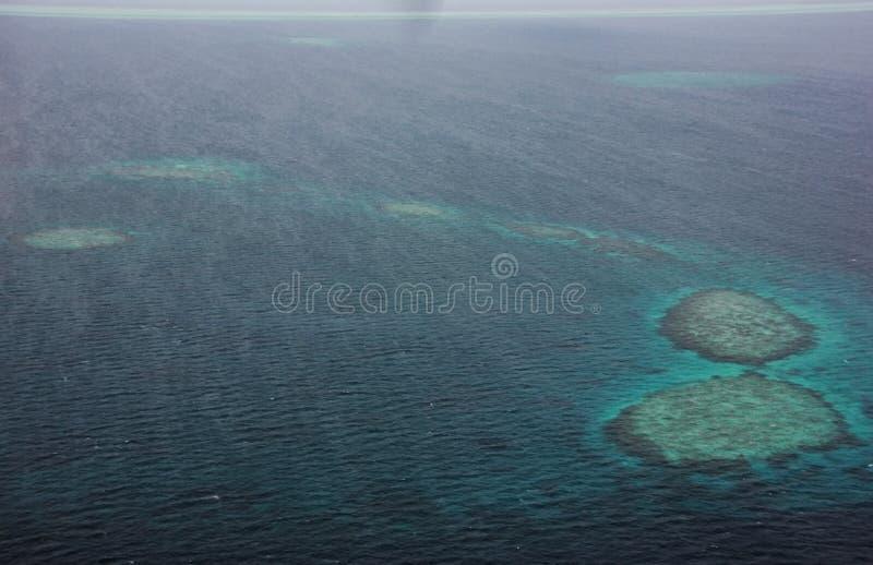 Vogelperspektive von Atollen vom Seeflugzeug, Malediven lizenzfreie stockfotos