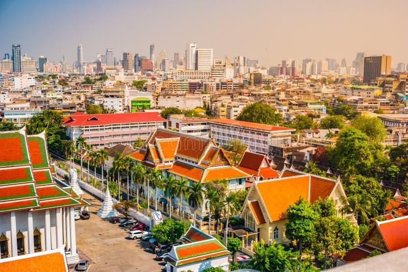 Vogelperspektive von Bangkok-Kloster und von modernen Bürogebäuden lizenzfreie stockfotografie