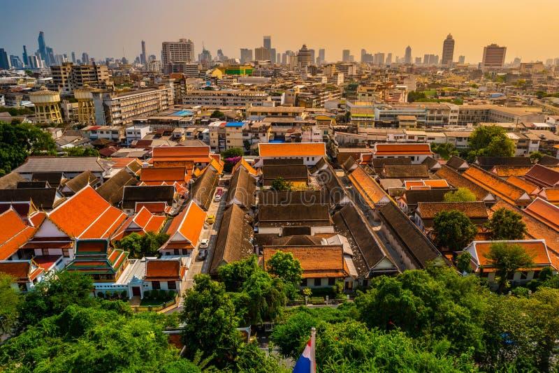 Vogelperspektive von Bangkok-Kloster und von modernen Bürogebäuden lizenzfreies stockfoto