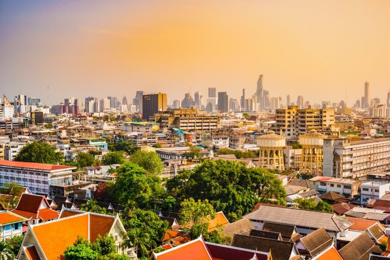 Vogelperspektive von Bangkok-Kloster und von modernen Bürogebäuden stockfoto