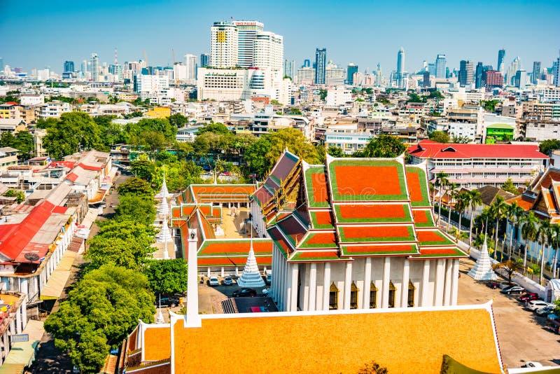 Vogelperspektive von Bangkok-Kloster und von modernen Bürogebäuden lizenzfreie stockfotos