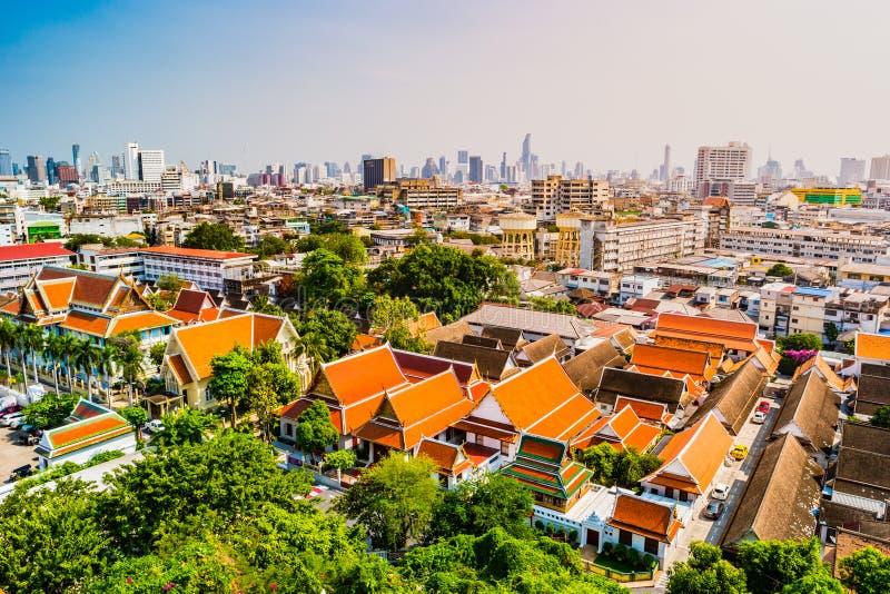Vogelperspektive von Bangkok-Kloster und von modernen Bürogebäuden stockbilder