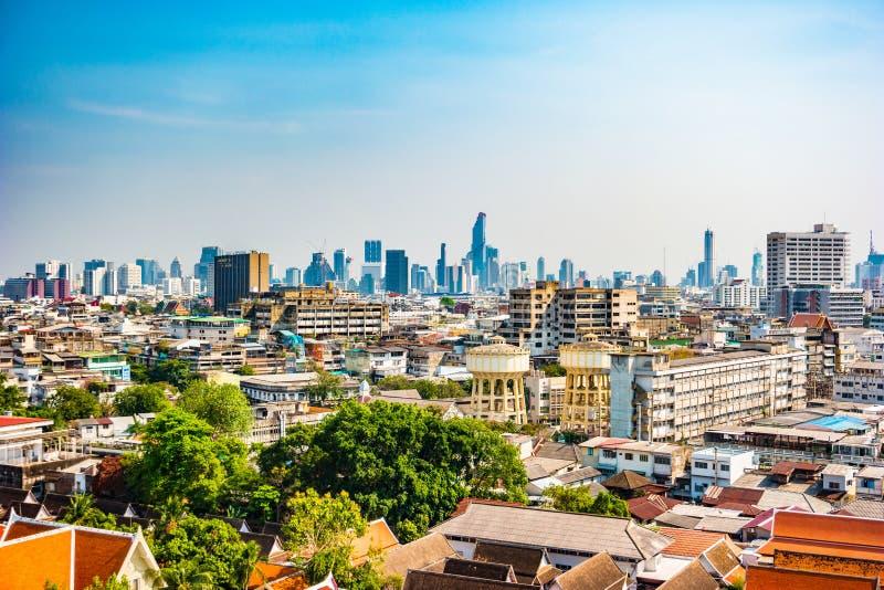 Vogelperspektive von Bangkok-Kloster und von modernen Bürogebäuden stockfotos
