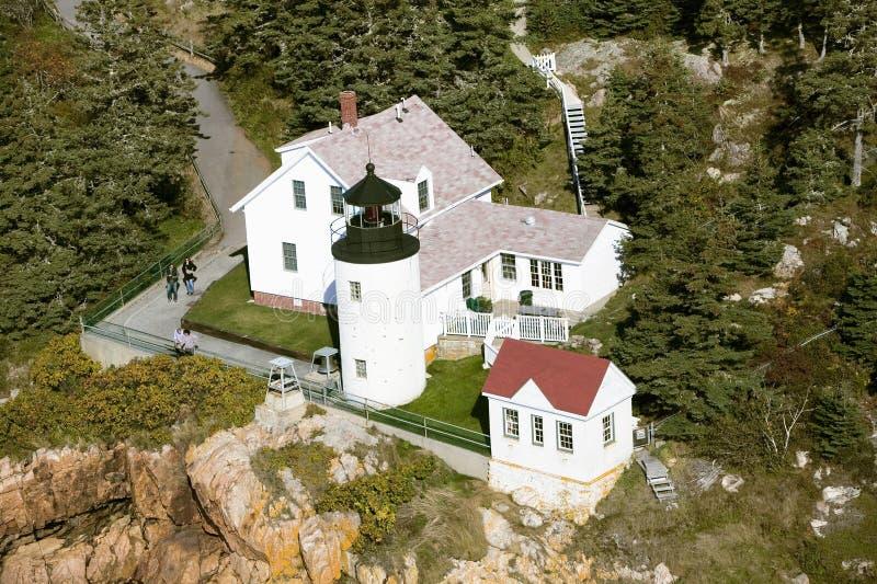 Vogelperspektive von Bass Harbor Head Lighthouse, Acadia-Nationalpark, Maine, Westseite von Berg-einsamer Insel lizenzfreie stockbilder