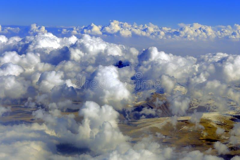 Vogelperspektive von Bergen vom Flugzeug, Wolken, Himmel lizenzfreies stockfoto