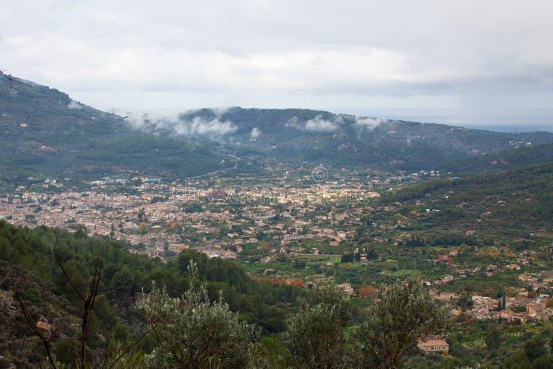 Vogelperspektive von Biniaraix, ein kleines Dorf in Soller-Tal umgeben durch die Serra-deTramuntanaÂ-Berge stockfoto