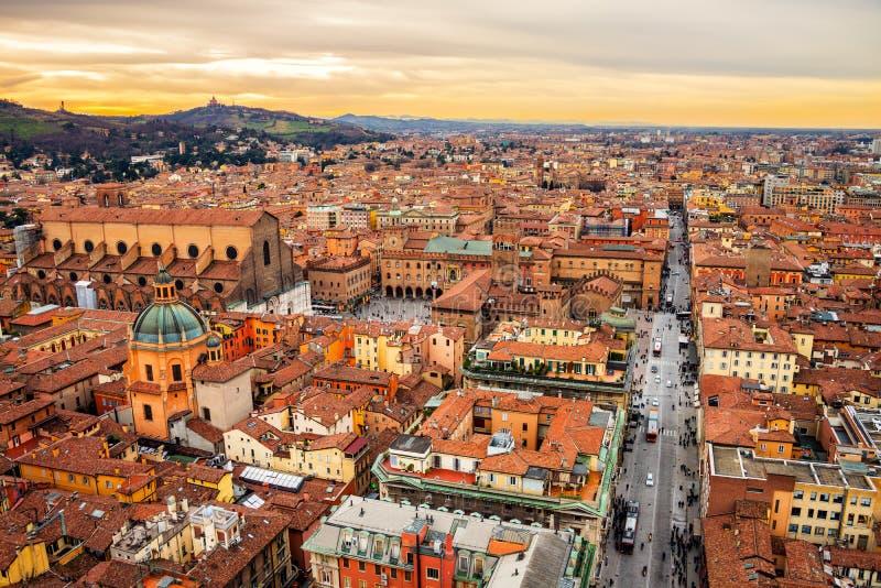 Vogelperspektive von Bologna, Italien bei Sonnenuntergang stockbilder