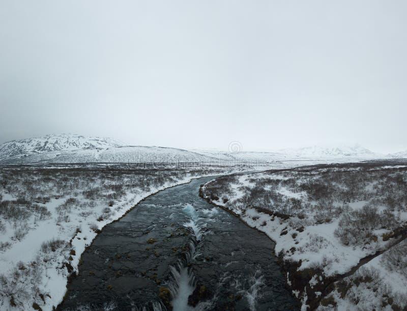 Vogelperspektive von Bruarfoss-Wasserfall in Island mit leerem Raum für Text-/Landschaftsphotographie/drone-Fotografie lizenzfreie stockfotos