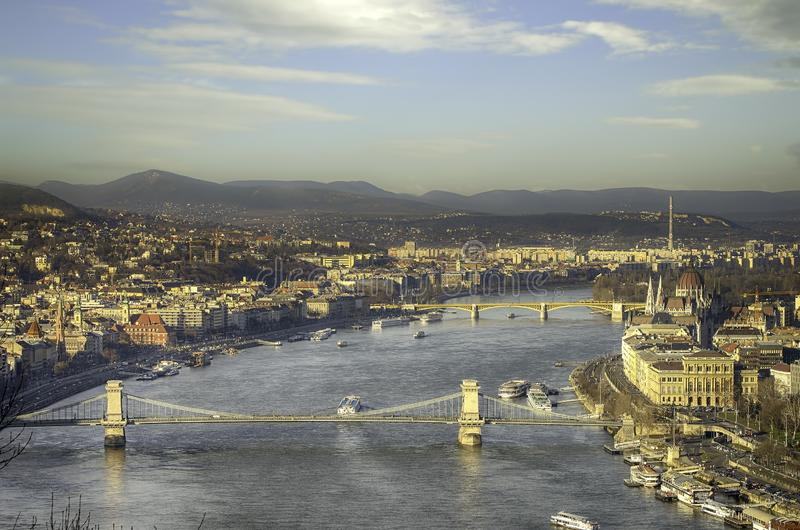 Vogelperspektive von Budapest am Wintersonnenlichttag Ungarische Marksteine: Hängebrücke, Parlament und die Donau in Budapest lizenzfreie stockfotografie