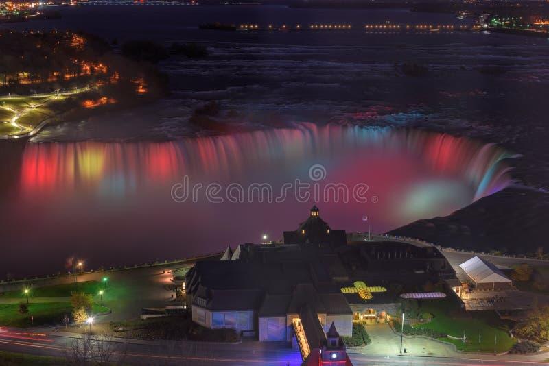 Vogelperspektive von bunten Lichtern auf Niagara Falls nachts lizenzfreie stockfotos