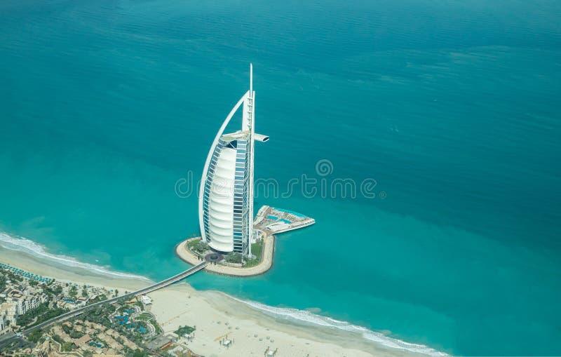 Vogelperspektive von Burj Al Arab an einem schönen sonnigen Tag lizenzfreie stockfotos
