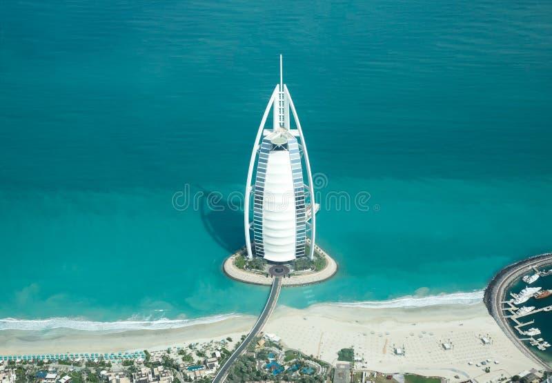 Vogelperspektive von Burj Al Arab an einem schönen sonnigen Tag stockfotografie