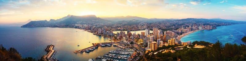 Vogelperspektive von Calpe, Costa Blanca bei Sonnenuntergang Populärer Sommerurlaubsort in Spanien lizenzfreie stockbilder