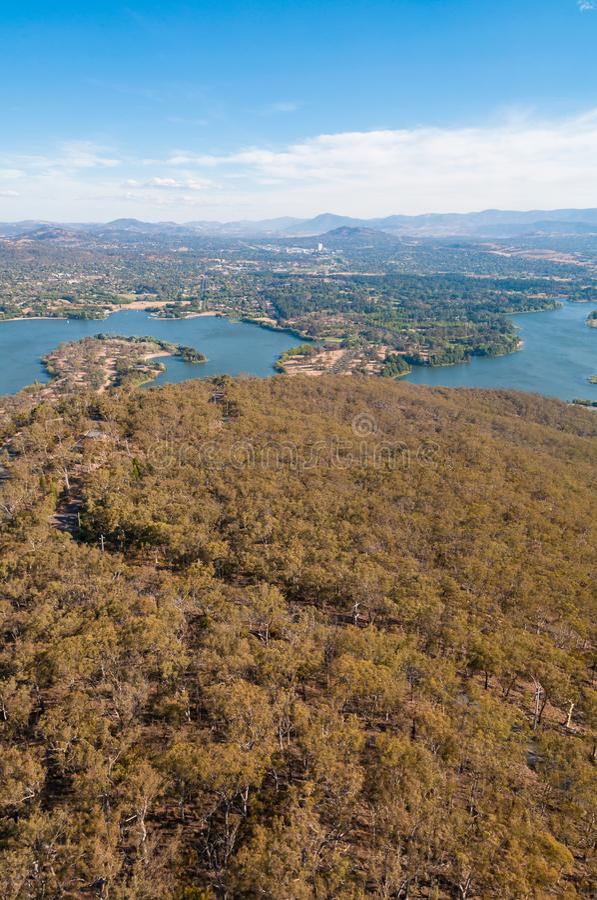 Vogelperspektive von Canberra und von umgebender Landschaft lizenzfreie stockfotografie