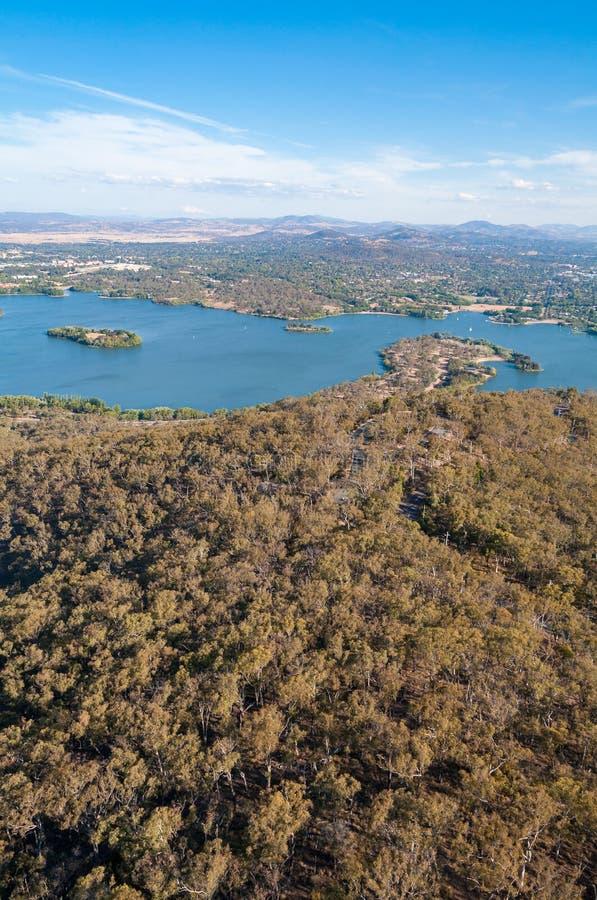 Vogelperspektive von Canberra und von umgebender Landschaft lizenzfreies stockbild
