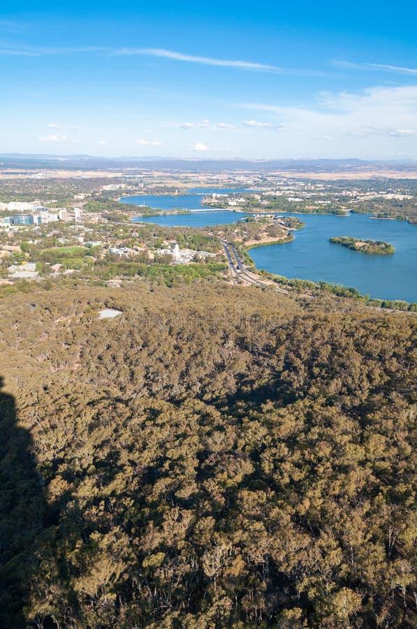 Vogelperspektive von Canberra und von umgebender Landschaft stockbild
