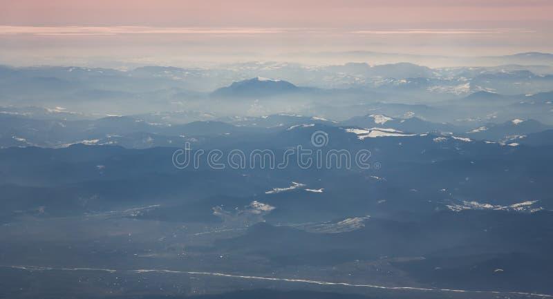 Vogelperspektive von Ceahlau-Gebirgsmassiv und von umgebenden Bergen auf Rumänisch Karpaten lizenzfreie stockbilder