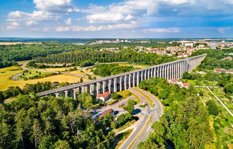 Vogelperspektive von Chaumont-Viadukt, eine Eisenbahnbrücke in Frankreich lizenzfreie stockbilder