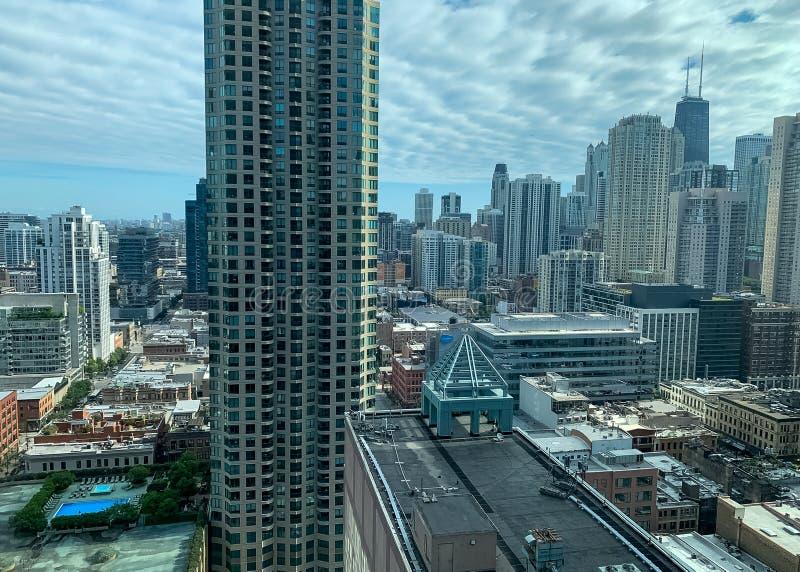 Vogelperspektive von Chicago-Stadtbild einschließlich Dachspitzenpool und berühmte Wolkenkratzer lizenzfreies stockfoto