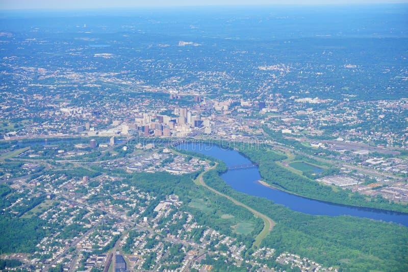 Vogelperspektive von Connecticut River und von Hartford im Stadtzentrum gelegen lizenzfreies stockbild