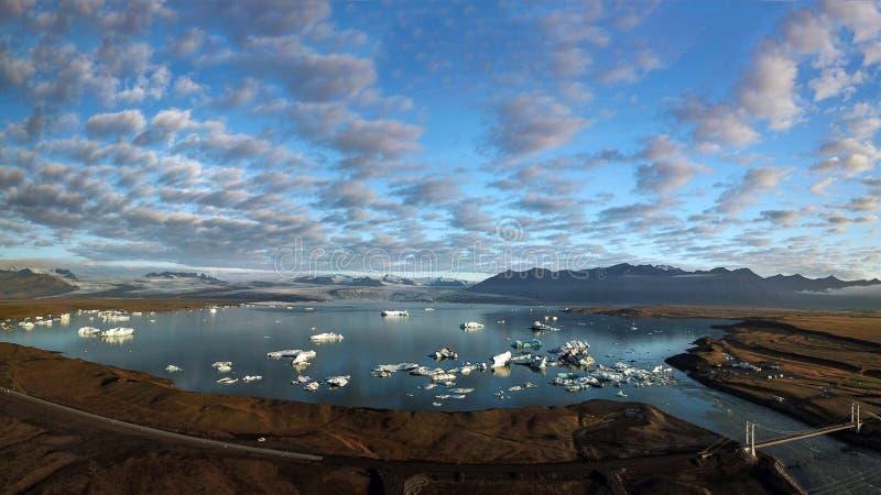 Vogelperspektive von den Eisbergen, die heraus zum Meer an Glazial- Lagune Jokusarlon, Südost-Island schwimmen stockfotografie