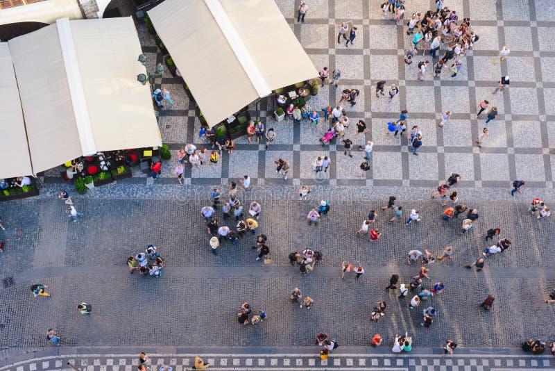 Vogelperspektive von den Leuten, die den alten Marktplatz von auf oberstem altem Rathaus-Turm in Prag, C besuchen stockbild