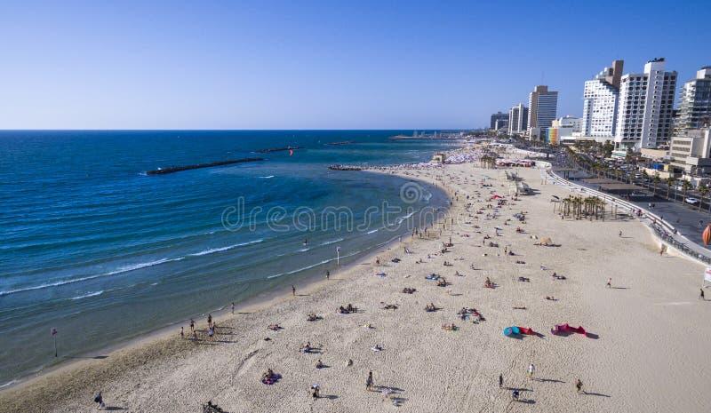 Vogelperspektive von den Leuten, die in der Sonne, Schwimmen baden und Spiele auf Tel Aviv spielen, setzen auf den Strand stockbilder