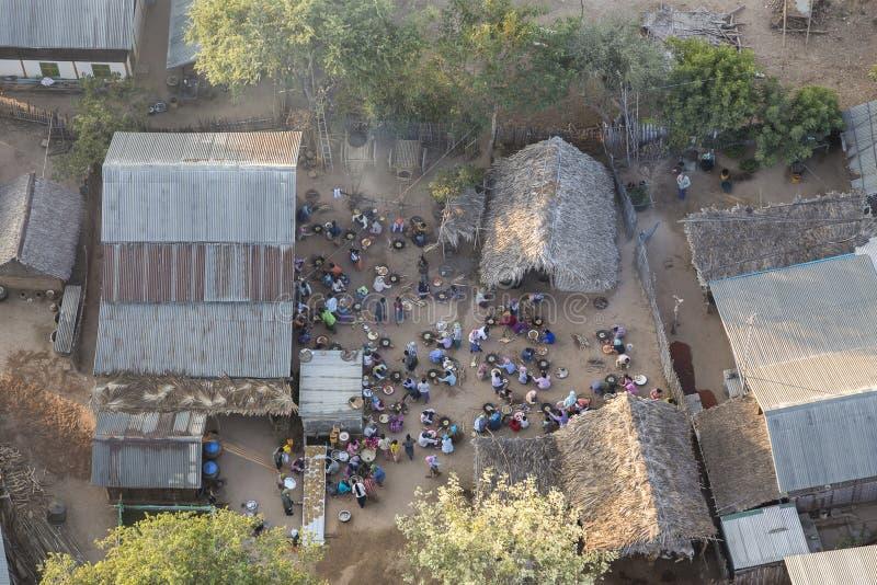 Vogelperspektive von den Leuten, die ihr Frühstück in Bagan-Hof einnehmen lizenzfreies stockfoto