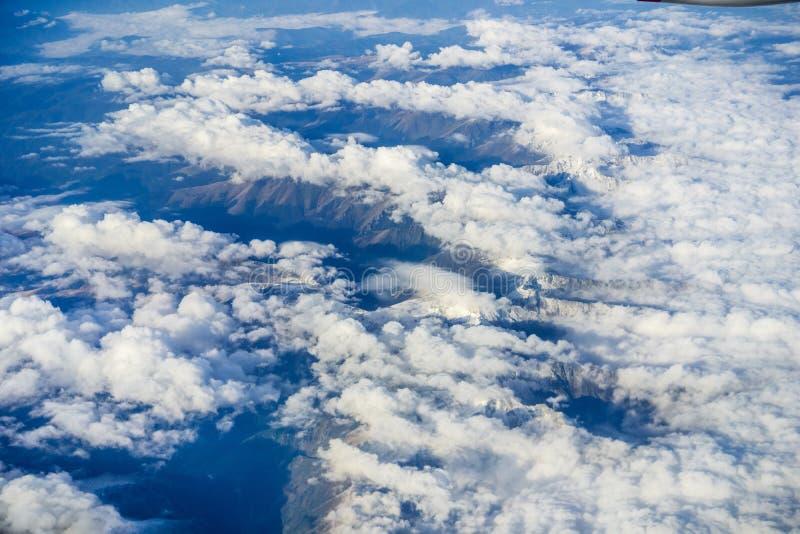 Vogelperspektive von den Wolken, die Berge bedecken lizenzfreies stockbild