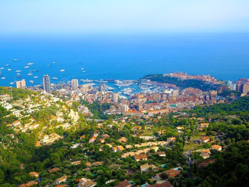 Vogelperspektive von Dorf La Turbie zum Fürstentum Monaco, Monte Carlo, Hafen Hercule, Prinz Palace, Berge, Yachten, Boote, Himme stockfotografie